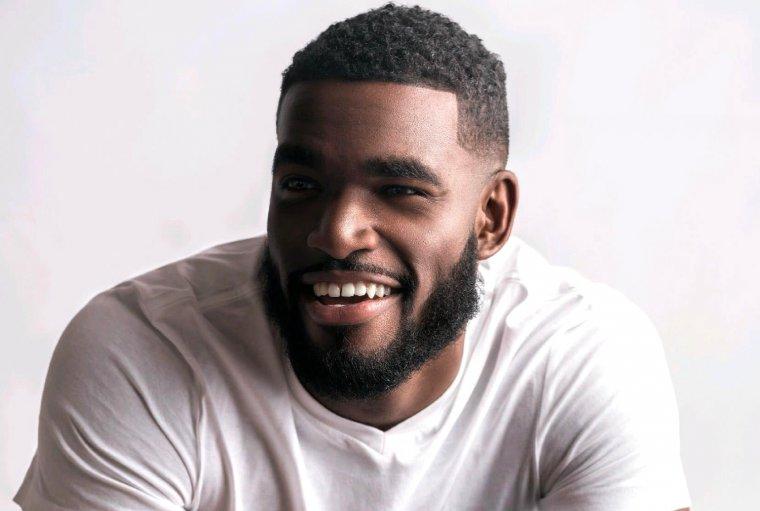 Vídeo: Rapper Marshall Price reapareceu com pau gigante