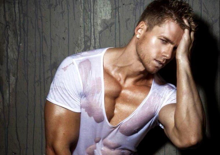 Ator e modelo Steven Edward postou nudes nos historys